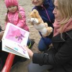 """""""Rymowanki – zgadywanki"""" – zabawy literackie dla najmłodszych na placu zabaw w Parku Chrobrego  (7)"""
